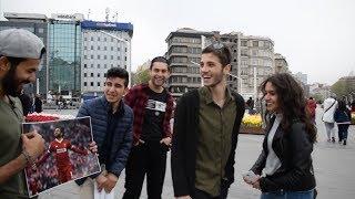 شاهد حب الناس لمحمد صلاح عندما رفع شاب صورته في شوارع تركيا