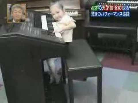 ילדה מנגנת על אורגן עם כל הלב!