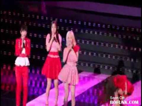 Ca sĩ Hàn Quốc ngã gẫy răng trên sân khấu