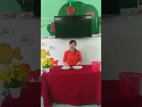 Hướng dẫn bé đeo khẩu trang đúng cách,  cô  Nguyễn Thị Trúc Phương thực hiện