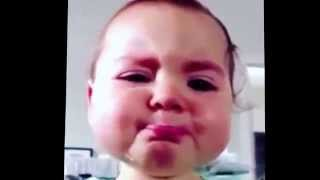 فيديو يذيب القلوب لطفلة رضيعة تبكي وتزرف الدموع بصمت