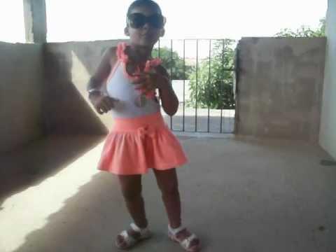 menina de 3 anos dançando funk.MOV