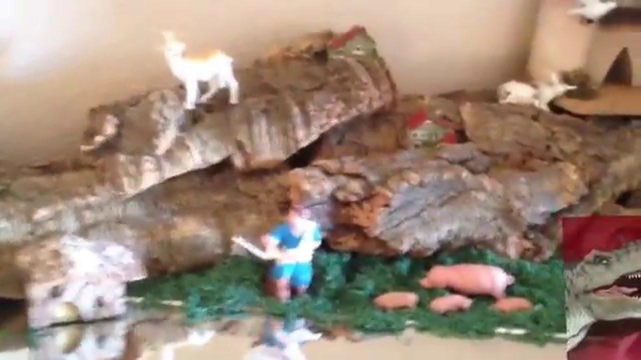 Un dinosaurio escondido en un BELÉN