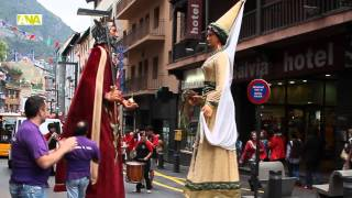 preview picture of video 'La pluja aigualeix la cercavila de gegants d'Andorra la Vella'