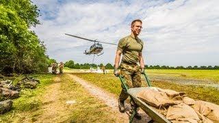 preview picture of video 'Mit Schubkarre und Hubschrauber gegen das Wasser - Soldaten verteidigen Deich'