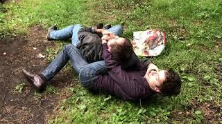 Смотреть онлайн Два парня подрались в лесу