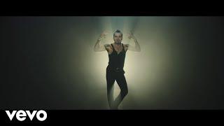 """Piero Pelù – Gigante (Official Video) [Sanremo 2020]  Video ufficiale della canzone in gara alla settantesima edizione del Festival di Sanremo Ascolta o scarica Gigante su: https://SMI.lnk.to/gigante_ Pre-ordina l'album """"Pugili Fragili"""" su: https://smi.lnk.to/pugilifragili  Segui Piero Pelù su: Facebook: https://www.facebook.com/pieropelufficiale/ Instagram: https://www.instagram.com/pieropelufficiale/ Twitter: https://twitter.com/PieroPelu YT Vevo: https://www.youtube.com/user/PieroPeluVEVO  PIERO PELÙ festeggia 40 anni di carriera! Quest'anno """"El Diablo"""" taglia un importante traguardo artistico e dà il via ai festeggiamenti salendo, per la prima volta come artista in gara, sul palco del 70° Festival di Sanremo con il brano """"GIGANTE"""" (P.Pelù/P.Pelù-L.Chiaravalli), che sarà contenuto nel nuovo album di inediti """"PUGILI FRAGILI"""" (Sony Legacy), in uscita il 21 febbraio.   Arrangiato e prodotto da Piero Pelù e Luca Chiaravalli, il brano """"Gigante"""" è una cavalcata rock ed elettronica, dedicata a chi arriva al mondo per la prima volta (i suoi nipotini) e anche a chi lotta per rinascere a nuova vita liberandosi dalle catene di un passato difficile (i ragazzi e le ragazze dei carceri minorili di Nisida e di tutta Italia).  Credits: Soggetto: Piero Pelù e Marco Pellegrino Regia e montaggio: Marco Pellegrino Prodotto da Recordo Con Mattia Rogantini e Letizia Liccati Fotografia: Francesco Marullo Executive producer: Ramona Linzola 1st AD: Caterina Frola Steadycam operator: Marco Artusi Color grading: Francesco Marullo Vfx: Marco Pellegrino Scenografia: Giovanna Baseggio Costumi attori: Giovanna Baseggio Elettricisti: Federico Epifanio, Gaetano Gagliardi, Pietro Bontà Focus puller: Filippo Attanasio Gaffer: Raffaele Silvestri Make up: Daniela Decillo Ass. produzione: Matteo Montagna Backstage: Carlotta Stracchi  Ringraziamenti: Andrea Pelù, Valentina Parigi, Cesare Castellucci, Giorgio Zampollo, Giulia Di Lellis, Federica Nanni, Chiara Causa, Sergio Casesi,  Testo GIGANTE  (P.Pe"""