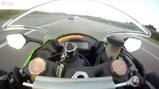 Šílenec na motorce jel po dálnici 300 km/h. Řidič v autě ho ponížil