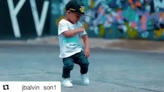 Niño baila al ritmo de Mi Gente de J balvin
