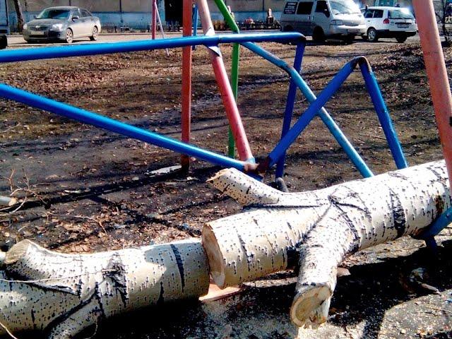 Дерево рухнуло на детскую площадку