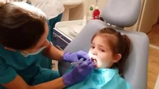 Алена Веселуха 3 года, лечит зубик у стоматолога.