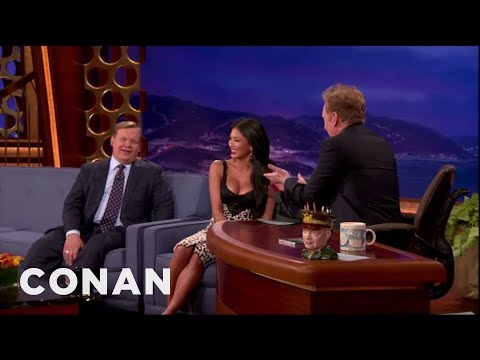 Nicole Scherzinger Busts Conan For Staring At Her Boobs (видео)