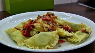 Ravioli-Teigtaschen in Tomatensauce mit Fleischfüllung-Italienische Teigtaschen
