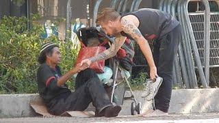 Mendigo tira sapato e dá a homem que tinha sido assaltado