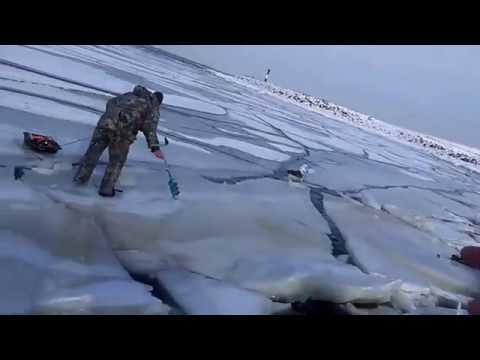 Волна от проходящего корабля  ломает лёд под рыбаками
