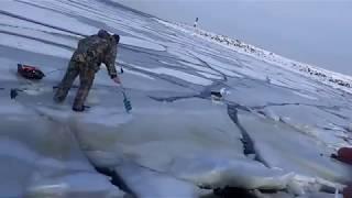 Смотреть онлайн Рыбаки чуть не уплыли на льду