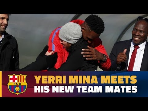 Yerry Mina greets his fellow Barça players for the first time