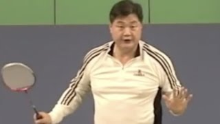 Badminton Smash Skill (5) Left Arm is for Balance and adding power not to point shuttlecock