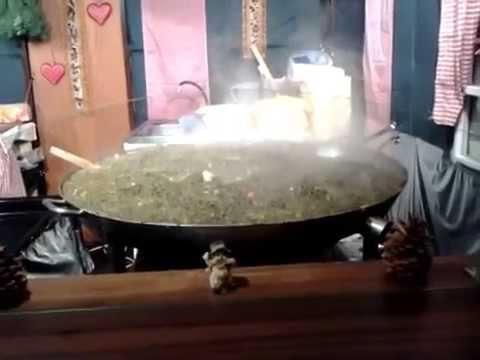 Comida típica de Alemania Grün Kohl cocinándose en una olla gigante