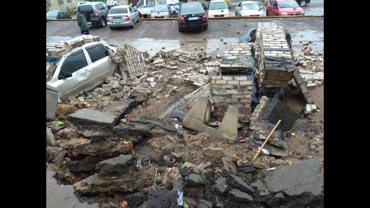 Стена  обрушилась на стоящие на платной парковке авто в Воронеже