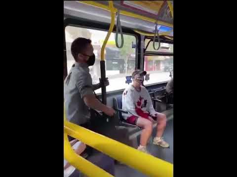 بالفيديو: شاب يقذف امرأة من الحافلة لرفضها ارتداء الكمامة