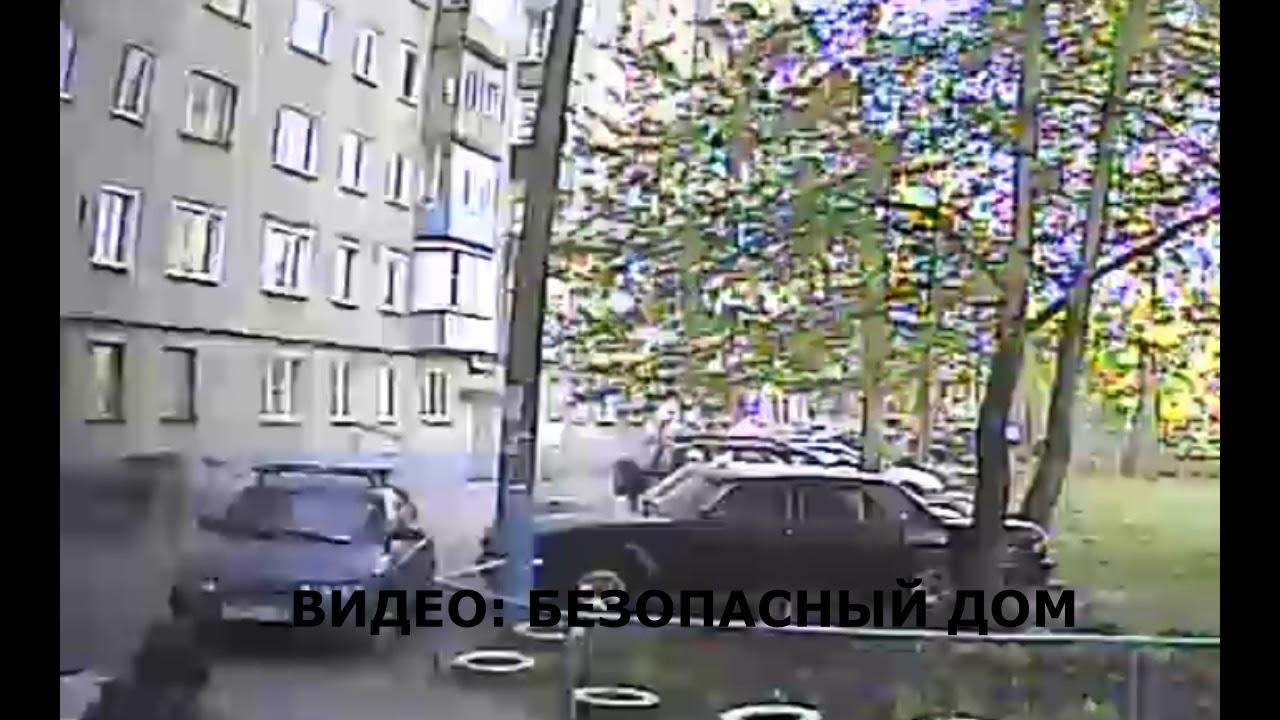 Кусок крыши упал на припаркованный автомобиль в Пензе