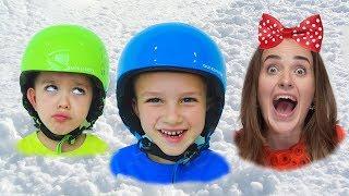 Vlad dan Nikita bersenang senang bermain dengan Mom and Snow di playcenter musim dingin!