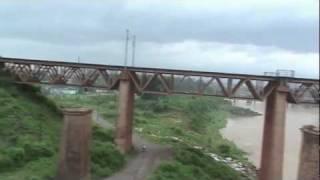preview picture of video '(HD) Crossing Kharkai river, then Gamharia Jn. - Howrah-Mumbai Duronto (Aug. 10, 2011)'