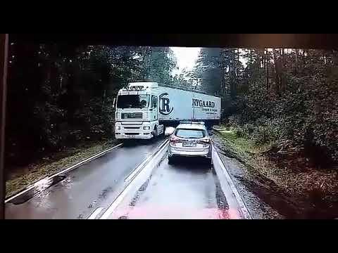Vaizdai kaip veiksmo filme. Greitai važiuojantis sunkvežimis vos nenunešė policijos automobilio