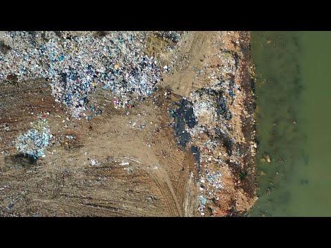 العرب اليوم - شاهد: لقطات جوية للنفايات على امتداد نهر