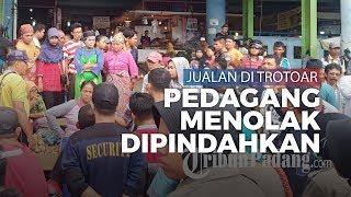 Pedagang Kaki Lima Menolak Dipindahkan Jualan dari Trotoar Pasar Raya Padang