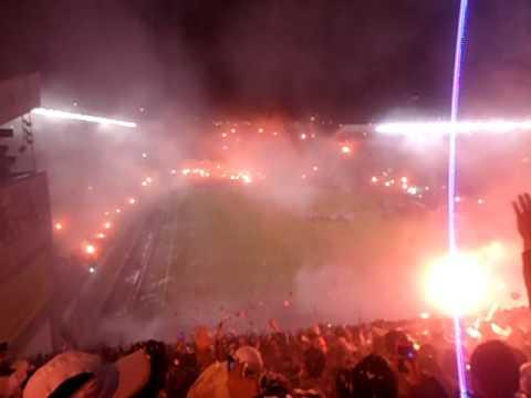 """""""Recibimiento LDU, primera final copa Sudamericana 2011 vs U de Chile"""" Barra: Muerte Blanca • Club: LDU"""