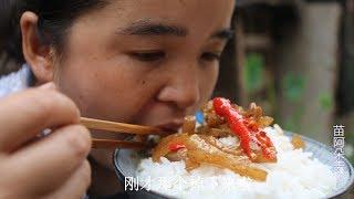 苗大姐听说猪皮能美容,和辣椒一炒,大碗米饭吃着香