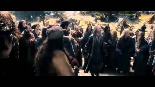 Le Hobbit 3: Alfrid est seul face à la foule en colère (VO)