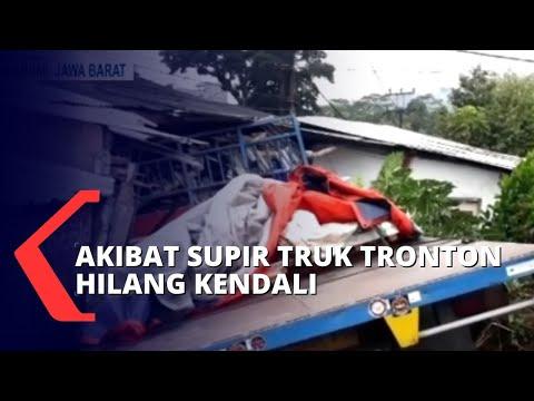 Pengendara Motor Luka-luka Akibat Truk Tronton Tabrak Rumah Dan Motor Milik Warga