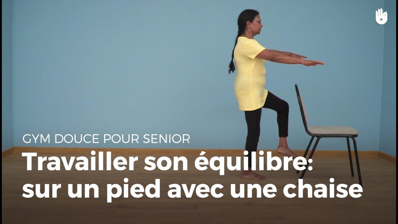 exercice d 39 quilibre sur un pied avec une chaise exercices de gym douce pour senior sikana. Black Bedroom Furniture Sets. Home Design Ideas