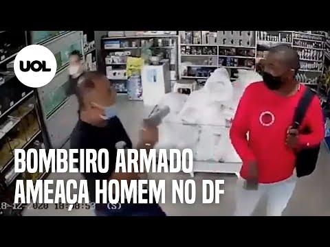 Com camiseta de Bolsonaro e arma na mão, bombeiro dá tapa na cara de jovem negro