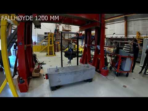 Eksempel på pendelprøving av glassrekkverk. I videoen blir rekkverket prøvd for en vesentlig høyere fallhøyde (1200 mm) enn hva som normalt er påkrevd. Glassrekkverket bestod for øvrig prøvingen.