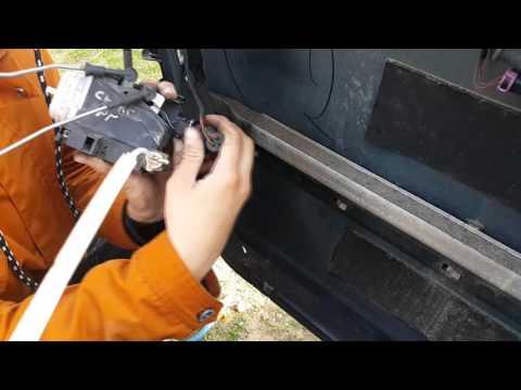Как поменять дверной замок  в AUDI A6 [ AUDI 100 C4 ]
