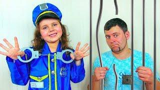 Милана и папа играют в полицейского и нарушителей