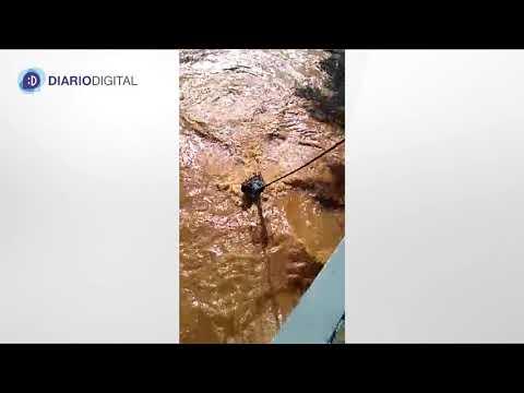 Vídeo mostra homem tentando nadar no Rio Preto