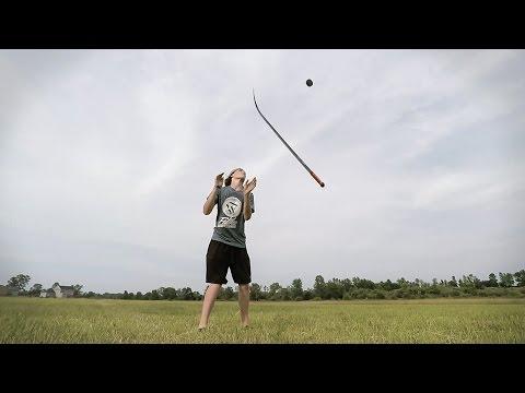 "شاب يستعرض مهاراته بإستخدام عصا ""الهوكي"""