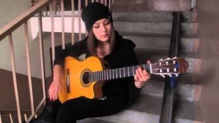 Девушка играет красивую мексиканскую музыку