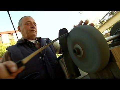 Vea en acción a uno de los últimos afiladores de cuchillos de España BBC MUNDO