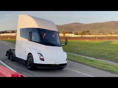 テスラのセミトラックがサーキットで走行テスト。テスラはEVトラックも開発中(動画)