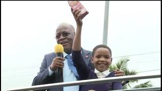 MWANAFUNZI AMKUNA RAIS MAGUFULI NA KUPANDISHWA KWENYE GARI LA RAIS  NA KUPEWA PESA