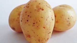 Strofinate una fetta di patata sotto gli occhi. Il risultato vi sorprenderà