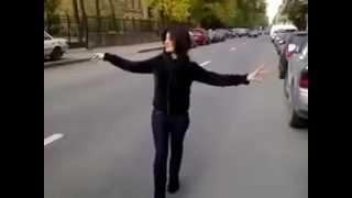 Девушка, танцует отдуши.mp4
