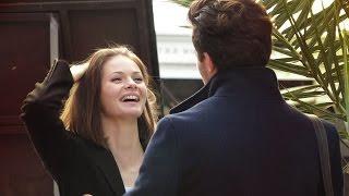 Смотреть онлайн Пранк: Незнакомый человек делает комплименты девушкам