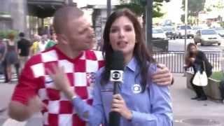 Хорватский болельщик поцеловал бразильскую журналистку во время прямого репортажа